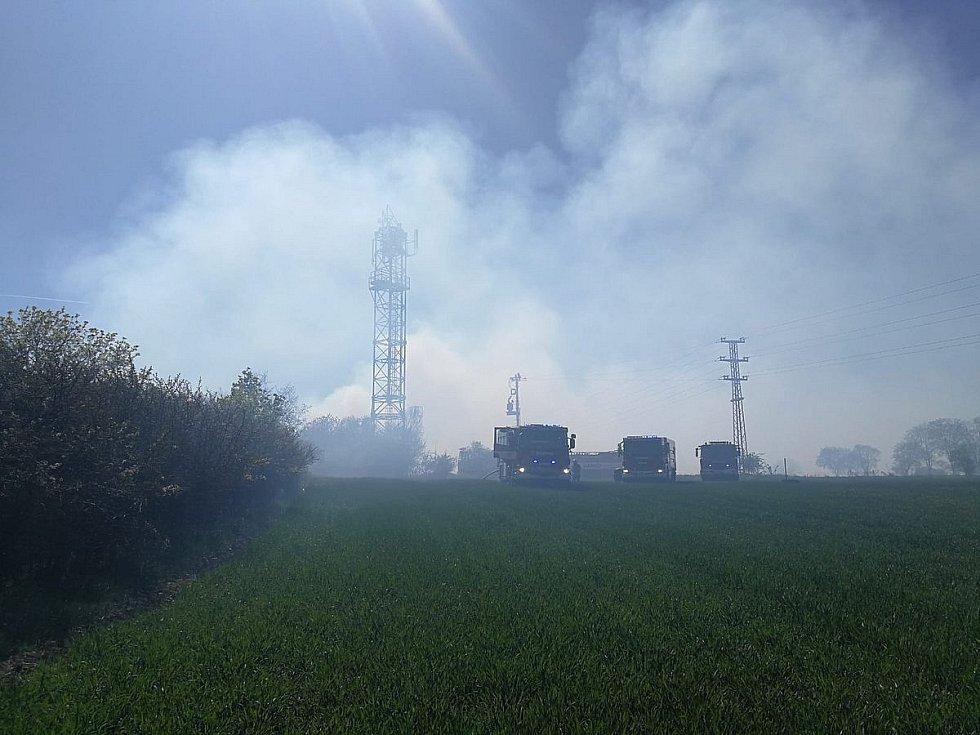 Páteční požár ve skalách u Libčic nad Vltavou.