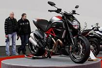Na Výstavišti v pražských Holešovicích začal 3. března 15. mezinárodní veletrh motocyklů a příslušenství Motocykl. Na snímku výstavní premiéra Ducati Diavel.