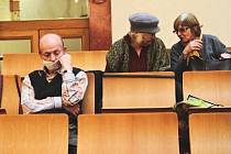 SPOŘILOVSKÉ vyslechli zastupitelé. Po čtyřech hodinách politických diskuzí konečně došla řada i na petici obyvatel Spořilova, kteří se původně jen na pár hodin uvolnili z práce. Z původních čtyřiceti signatářů vydržela do konce však čtvrtina.