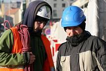 Stále klesající rtuť teploměru komplikuje některým Pražanům práci a denní povinnosti.