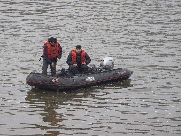 Ve Vltavě pokračuje pátrání po muži sraženém z mostu