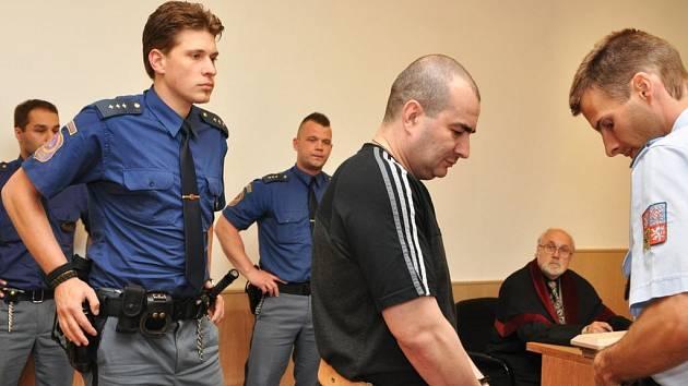 Žádné změny nedoznal po úterním jednání odvolacího senátu Vrchního soudu v Praze trest pro 41letého Rusa Jevgenije Rotshteina, souzeného kvůli pokusu o únos letadla