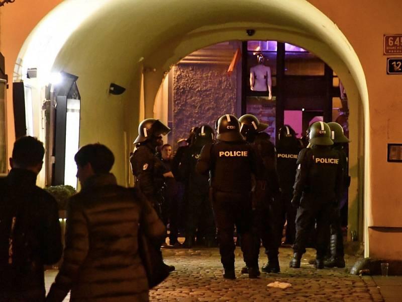Po výtržnostech v centru Prahy skončilo v poutech nejméně 31 lidí včetně anglických fotbalových fanoušků.