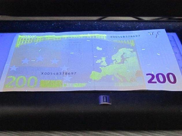 Padělaná 200eurová bankovka mimořádně nebezpečné kvality - pod UV světlem.