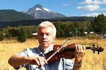 Houslista Jaroslav Svěcený v Chile.