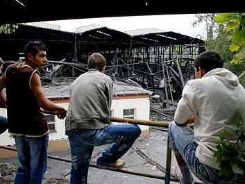Nedávné zřícení haly v Kladně, kterou někteří místní obyvatelé protiprávně rozebírali, si vyžádalo dvě oběti.