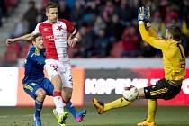 Milan Škoda střílí gól.