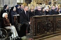 Na pohřeb kardinála Miloslava Vlka do chrámu svatého Víta na Pražském hradě dorazily stovky lidí.