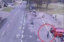 Pražská policie hledá důležitého svědka, aby vypátrala muže obtěžujícího dívky na strahovských kolejích.