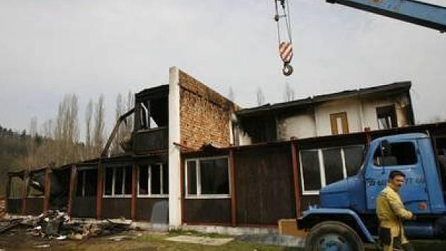 Ohořelé trosky. Zánik bývalé ubytovny a kanceláří stavební firmy v Hrdlořezích uspíšil požár.
