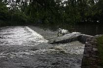Nepříznivé počasí způsobuje na mnohých místech zvedání hladiny řek. V Praze byl proto vyhlášený 1. stupeň povodňové aktivity. Také pracovníci radnice v Praze 10 museli kvůli vydatnému dešti monitorovat stav vodní hladiny Botiče v Záběhlicích.