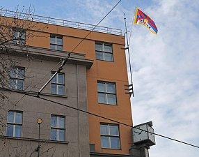 Na budově Úřadu městské části Praha 2 vlaje tibetská vlajka