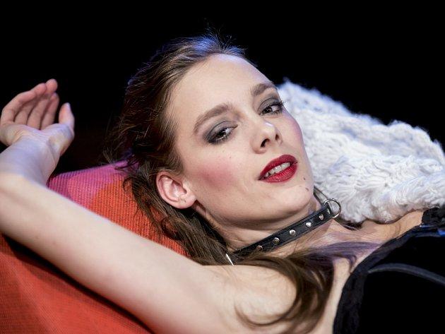 Herečka Jana Pidrmanová v eroticky laděném představení divadelní společnosti Prague Shakespeare Company Venuše v kožichu na prknech pražského divadla Kolowrat.