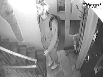 Ve čtvrtek osmého srpna došlo v hotelu v Seminářské ulici v Praze 1 k loupežnému přepadení. Byť pachatel odešel s nepořízenou, i tak mu hrozí až deset let.