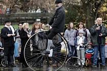 Pražská míle 2015 na Letné – jízda velocipedistů na historických vysokých kolech, kterou pořádá Český klub velocipedistů 1880.