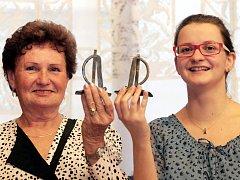 Pětasedmdesátiletá Marie Čížková má s šestadvacetiletou Kristýnou Hrubou jedno společné. Svůj volný čas věnují dobrovolnictví. Pomáhají těm, kteří to potřebují. Marie nemocným dětem, Kristýna lidem s mentálním postižením.
