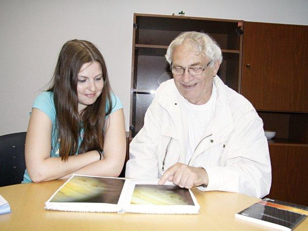 JOSEF ZAHRÁDKA (na fotografii s autorkou článku) dokáže o astronomii poutavě vyprávět dlouhé hodiny nejen nad knihami, zajímá ho i stáří egyptských pyramid.