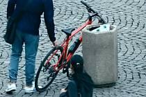 Nestřežený 'testovací' bicykl u Obecního domu na náměstí Republiky v Praze.