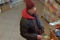Policisté hledají muže, který použil k nákupu stíracích losů cizí platební kartu.