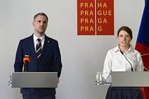 Předsedkyně zastupitelského klubu Pirátů Michaela Krausová (vpravo) rezignovala na svůj post kvůli schůzkám s manažerem reklamní firmy JCDecaux.