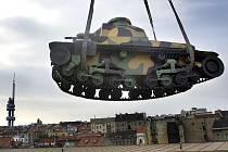 STĚHOVÁNÍ S REKORDEM. Stěhování tanku z Žižkova do Lešan zabralo celé středeční dopoledne. Padl při něm i jeden rekord. Ve chvíli, kdy tank transportovaný jeřábem visel ve výšce přesahující patnáct metrů, byl nejvýše položeným tankem v České republice.