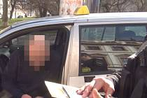 Zaplacenou částku řidič cizincům vrátil – to ovšem ještě neznamená konec. Věc se dál bude řešit ve správním řízení.