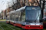 Tramvaji v Praze upadlo za jízdy kolo, provoz do Podbaby musel být na dvě hodiny zastaven.