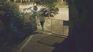 Vykradač aut se vloupal do sanitky. Po ulici pak chodil v záchranářské bundě