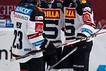 Hokejisté Sparty se radují z jednoho ze šesti gólů v utkání v Plzni, které pražský tým vyhrál 6:2.