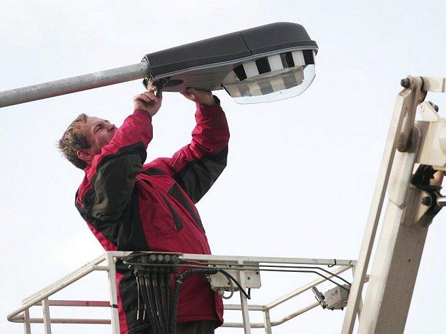V havarijním stavu, někdy i s výpadky. Šlapanice opravují veřejné osvětlení