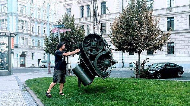 David Černý a torzo tanku.