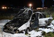 Řidič ujížděl strážníkům, po nehodě jeho vůz shořel.