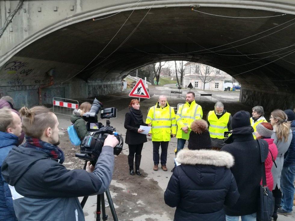 Na Hlávkově mostě v Praze začínají dynamické zkoušky.