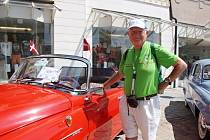 Bohuslav Čtvrtečka stojí na srazu Škoda Tour v Rakousku u modelu Felicie. Pro tyto verze vyráběl ve Škodě v Kvasinách přístrojové desky.