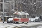 Pluhová tramvaj musela do akce kvůli sněhu v Praze.