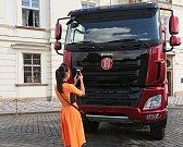 Kardinál Dominik Duka před Pražským hradem slavnostně požehnal automobilu TATRA PHOENIX PRÄSIDENT.