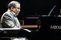 Americký jazzový pianista Herbie Hancock.