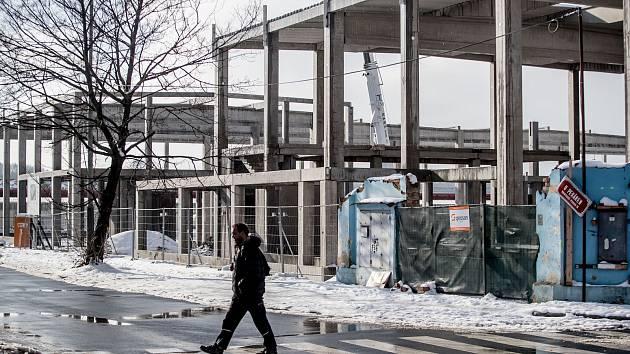 Stavba na místě vyhořelého skladu v pražské Hostivaři.