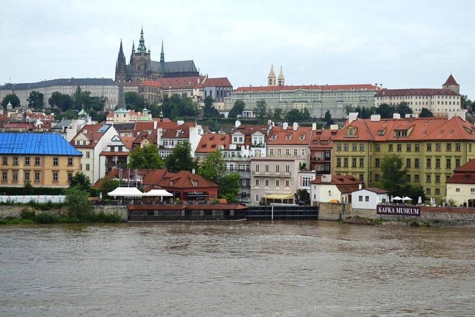 Ranní procházka v okolí řeky Vltavy v Praze.