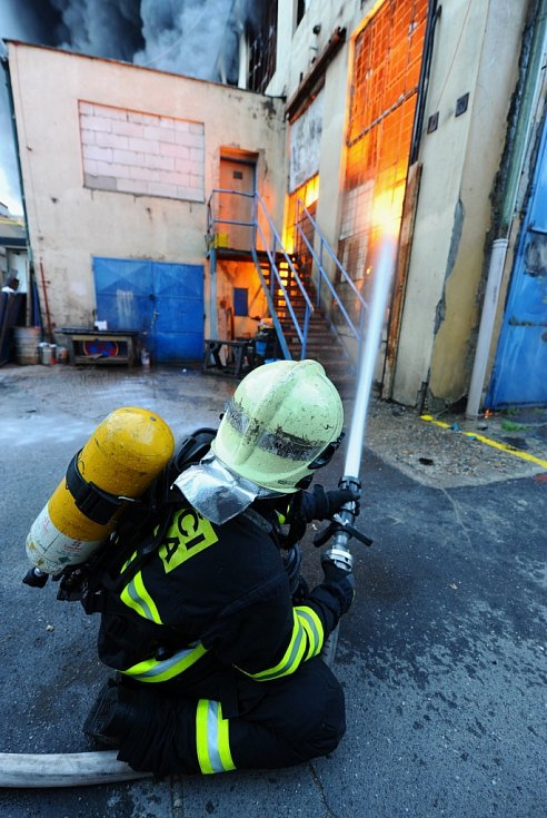 Rozsáhlý požár skladu textilu v areálu ČKD v pražských Vysočanech.