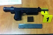 Protože se dotyčný stále snažil vytasit zbraň a nedalo se vyloučit, že ji bude chtít i použít, policisté proti němu zasáhli silou