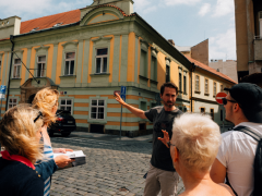 Průvodce Tomáš Bouška s turisty.