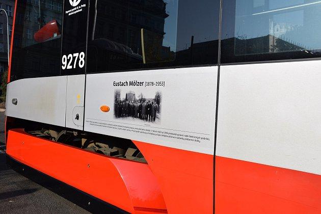 Speciální polep v přední části vozu připomíná Eustacha Mölzera.
