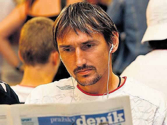 GÓLMAN RELAXUJE. Brankář Slavie Martin Vaniak čte při čekání na letišti Pražský deník.