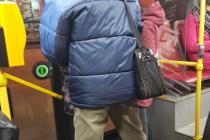 Policisté pátrají po muži, který onanoval před ženou v pražském autobuse.
