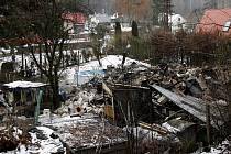 ZKÁZA. Trosky rodinného domu, který zničil výbuch. Demolici dokonal bagr.