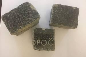 Dlažební kostky vyrobené z náhrobních kamenů.