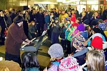 I v metru se zpívají koledy