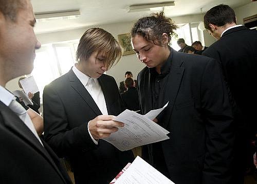 Studenti SPŠ z pražského Proseka obdrželi 20. června maturitní vysvědčení v nové, státní podobě.