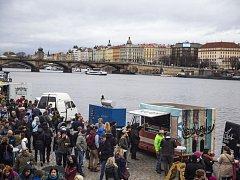 Food truck show na Smíchovské náplavce.